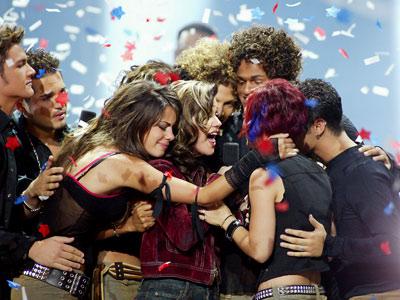 Kelly-Clarkson-wins-Idol_400